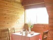 オープンキッチンからできたてを食卓へ