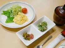 【ごはん食】卵料理、小鉢、漬物、自家製ヨーグルト、味噌汁、海苔等の内容をご用意