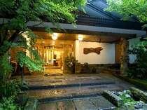 【正面玄関】日本の伝統が息づく、格調ある雰囲気。※撮影8月下旬18時頃。