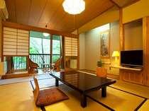 【本館川側】10畳和室。窓から覗くと、奥の湯にしかない蒸し処が湯煙を上げ、手作りの中庭が広がる。