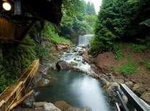 自慢はスタッフ手作りの川風呂(混浴)。正面に豪快な滝を眺める☆※24時間可(20:00~22:00女性専用)