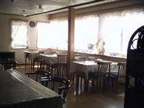 広々とした食堂から八ケ岳、富士山、南アルプスが見えます。