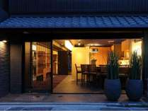 一日の終りは京都・洛中の別邸へ。旅の疲れをとり、ゆっくりとお休みください。