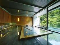 【大浴場】温泉の成分がじんわりと身体に染み渡り、身体の芯から温めます。