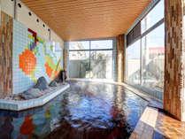 *[大浴場/男湯]開放感たっぷりの大きな窓。温かな日差しが差し込みます。