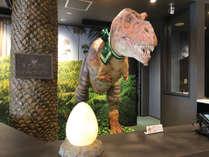 フロント:恐竜ロボットがチェックインをサポート!