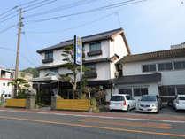 昭和2年創業の木造3階建ての純和風旅館。歴史的技法が随所に施された空間と日奈久温泉で癒しの休日を。
