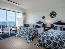 【スタンダードルーム(6~11F)】沖縄の空と海をテーマにした白とブルーのコントラストが鮮やかな客室