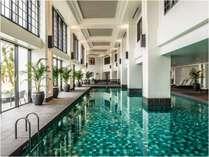 【ブルーリーフ】オールシーズン楽しめる屋内プールは、ちょっと遅めの21時まで営業