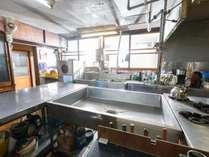 共用の厨房。食洗器やグリル、フライヤーなんかもあって本格的!