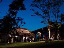 【屋外施設(BBQ会場)】自然に囲まれた全天候型のBBQ場。昼の部・夜の部がございます。