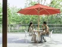 【滞在イメージ】お天気が良い日は朝食もテラスで楽しめます。レストランはカフェタイムも営業。