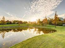 *【施設の風景】夕陽100選に選ばれた景色に溶け込むログハウス。時がゆったりと流れます。
