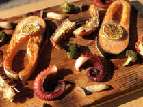 【冬BBQ】プランク(杉)の板ごと食材を焼くプランクBBQ。杉板に燻されおいしく仕上がります。