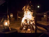 【森のアーチ】~火を囲んで団欒するプライベート焚火~雨でも火を灯して集えるアウトドアリビング