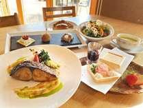 *【春のディナー】メイン:鰆のポワレ。オードブル、春野菜のスープにサラダ、デザートを添えたコース。