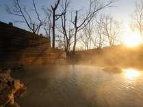 目の前に広がる国立公園を眺めながら、エメラルドグリーンに輝く源泉100%掛け流しを堪能