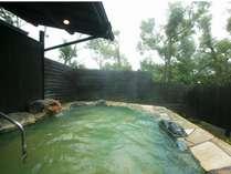 クヌギ林に囲まれた露天風呂はエメラルドグリーンの炭酸泉