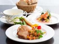 全てのランチメニューはコース料理となり、前菜、スープ、ライス(またはパン)が付きます。