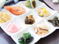 手作りの惣菜を盛り込んだ心あったまる九品プレートの和食