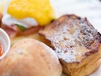 人気のエッグべネディクト、フレンチトースト等を盛り込んだ洋食プレート