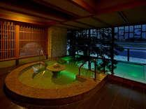 「川の瀬」露天風呂。夜は水中ライトで照らされた水面が幻想的な美しさ