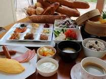 目の前でお作りするシェフ自慢のオムレツと和惣菜に十六穀米などの朝食バイキング
