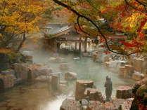 紅葉シーズンは露天風呂からも美しい眺めを!(写真は摩訶の湯)