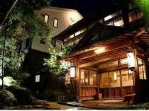 創業安政年間の情緒ある老舗料亭旅館。歴史的重厚感と木のぬくもりがある佇まい。