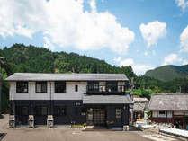 果無山脈の麓、熊野川のほとりにある閑静な宿舎です。