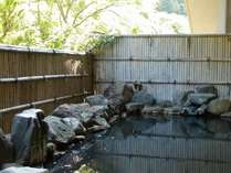 露天風呂<亀屋名物の黒褐色のお湯をお楽しみください。>