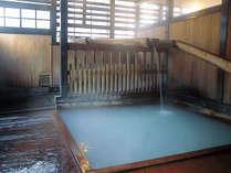 「滝の湯」<白い濁り湯で、酸性含明礬(みょうばん)・緑礬・芒硝硫化水素泉(酸性)です>
