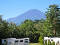 ホテル客室からの富士山とトレーラーハウス