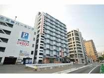 ホテル外観。上階海側の客室からは港を望めます。周辺の駐車場は1泊1,000円程度でご利用できます。