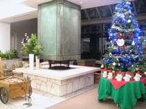 ロビーのクリスマスツリーと暖炉!