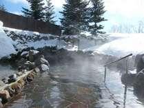 【冬】外気が冷たく体はあたたかい、とっても気持ちのいい雪見露天風呂
