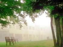霧中のホテル。青空はもちろん、悪天候をも幻想的な世界へと変えてしまいます。