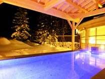 屋根のある露天風呂だから、快適に雪見風呂が楽しめます(男性用露天風呂)