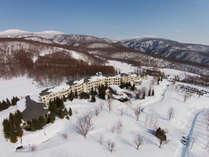 【外観】真っ白な世界に包まれたホテル。グランデコスノーリゾートオフィシャルホテルです。