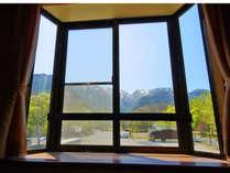*洋室のお部屋からは開放的なマウンテンビューの眺望をお楽しみいただけます。