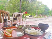 *レストラン 朝食イメージ。開放的なレストランで朝食を
