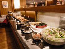<朝食>ブッフェ台にはサラダ、パン、人気のカレーをご用意しています。
