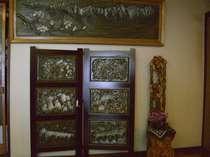 山里の暮らしをモチーフにした木彫り作品がいっぱい