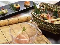 豊島屋オリジナル「里山懐石」。夏には、涼しげな器に盛りつけられた地元産夏野菜や鮎などが出されます。