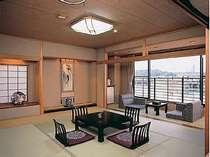 家族4人で泊まっても充分寛げる8畳和室。全室川側に面しており、対岸の四季折々の景色で癒やされます。