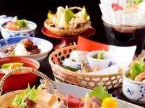 料理長が旬の食材を吟味し、一品一品心を込めた会席料理でおもてなし。当館自慢の料理をお楽しみください