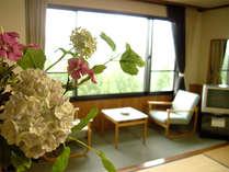 *お部屋一例(和室) 広縁から眺める大自然に心癒されるひとときを。
