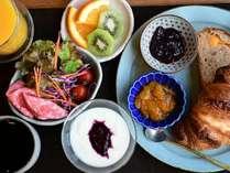 金沢の人気店「ひらみぱん」さんのパン、朝にうれしい野菜や果物、ヨーグルトもついた充実の朝食。
