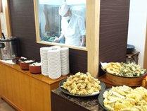 夕食バイキング・揚げたての天ぷらをお召し上がりください。