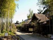 旧東海道に佇む茅葺屋根の玄関